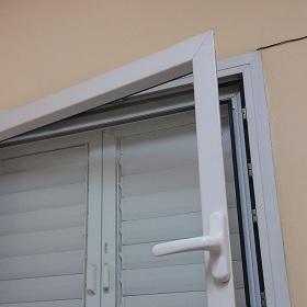 חלון בחדר ביטחון. רק בעל מקצוע מוסמך יכול לטפל!
