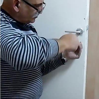 החלפת ידית ומנעול לדלת