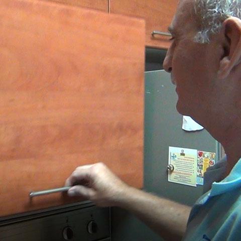 תיקון ארונות מטבח - החלפת בוכנה