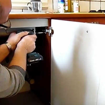 החלפת ציר בדלת שמתחת לכיור במטבח